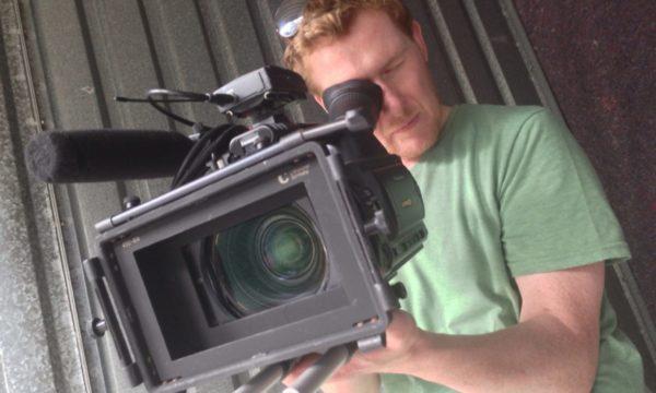 Moritz Rossbach bei der Arbeit mit einer Filmkamera